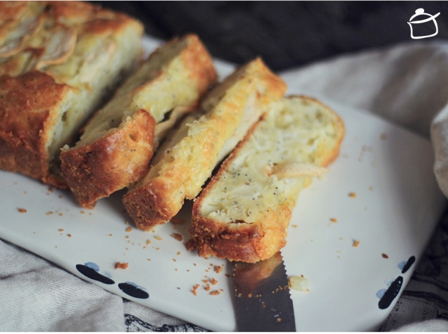 tasty salty bread with pears gouda cheese