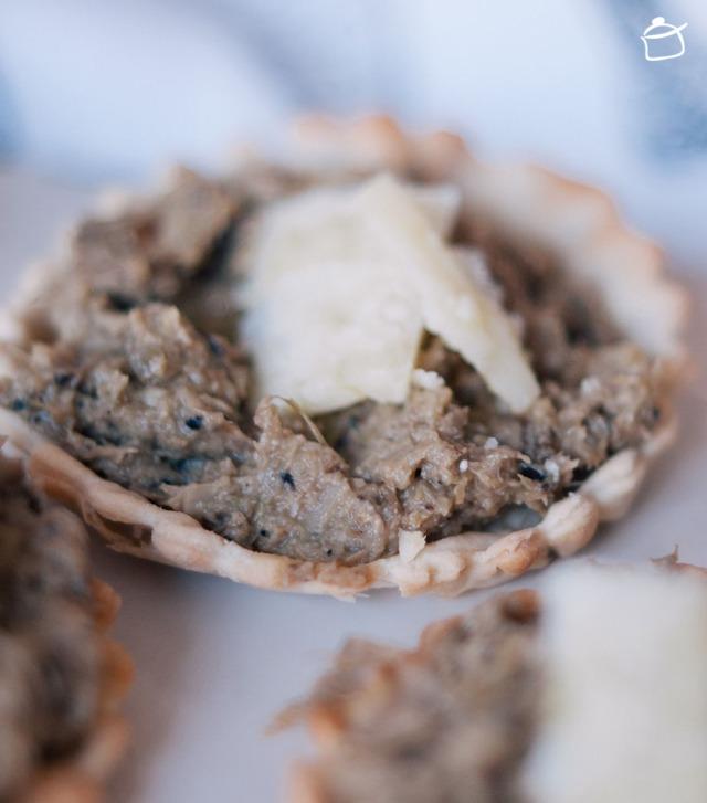 Crostatine alla cream di carciofi e olio di tartufo