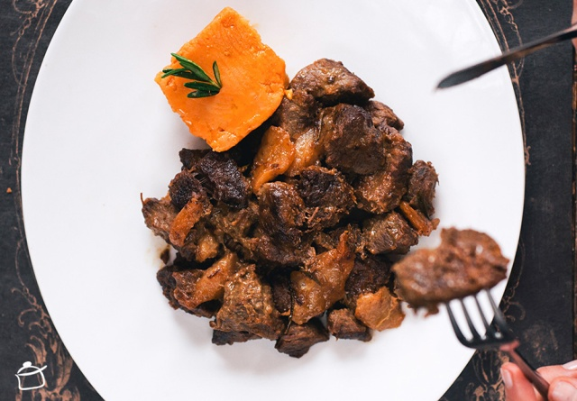 Beef stew with beer, pears and mustard