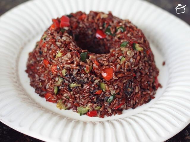 couronne de riz rouge avec légumes