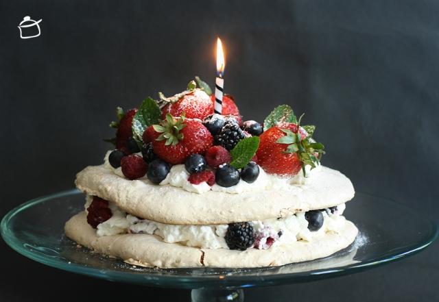 gâteau d'anniversaire avec meringues aux noisettes