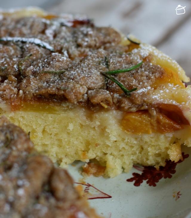 torta rovesciata alle pesche con crumble al rosmarino